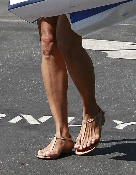Halle Berry Photos Photos - Pregnant actress Halle Berry out shopping at Fred Segal in Hollywood, CA. - Halle Berry Shopping At Fred Segal