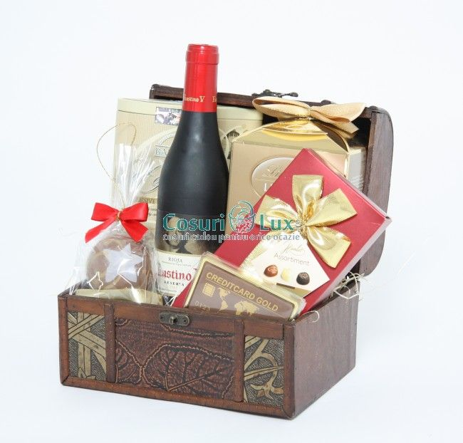 Cufar de Craciun cu bunatati - un cadou special prin recipientul din lemn, incrustat cu detalii senzationale. Cufarul contine vin, ciocolata si ceai