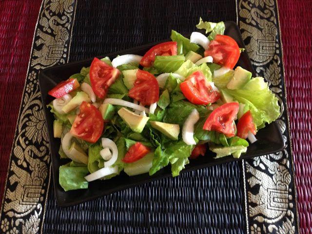 Insalata di avocado cipolla lattuga e pomodoro