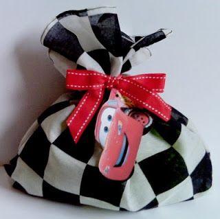 """Estos son los dos modelos para los dulceros del cumpleaños con motivo de """"Cars"""". La primera es una bolsa en tela a cuadros como la bandera d..."""