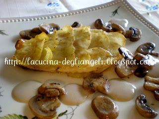 Filetto di persico in crosta di patate con salsa ai funghi champignon