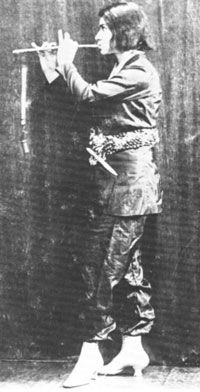 Else Lasker-Schüler mit Flöte