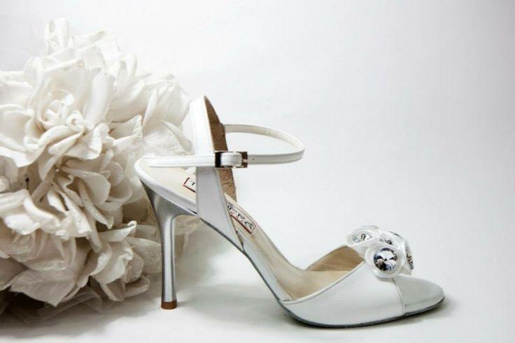 White Lady  Λευκό δέρμα λουστρίνι με πέτρες εμπρός ντυμένες Ασημί τακούνι σε 7.5, 9 & 10cm  (Επιλογή: Ιβουάρ σατέν και ντυμένο τακούνι)   White Nights...Χειροποίητη Νυφική Συλλογή!!! join us...www.facebook.com/todosbailar