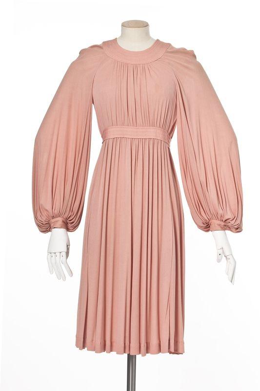 Jean Muir , marque de prêt-à-porter, Londres, 1973, collection printemps-été Matières et techniques:  Jersey de rayonne rose. robe, accessoirisé | Les Arts décoratifs