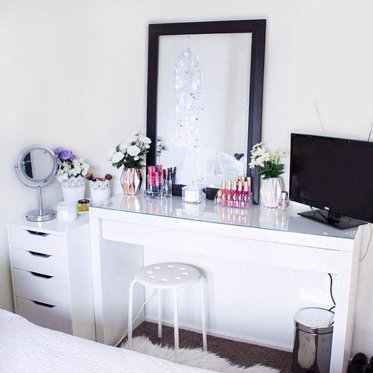 """""""So good to have a fresh makeup vanity, such an improvement from my old room ✨ #elisebysouthmakeup #vanityinspo"""""""