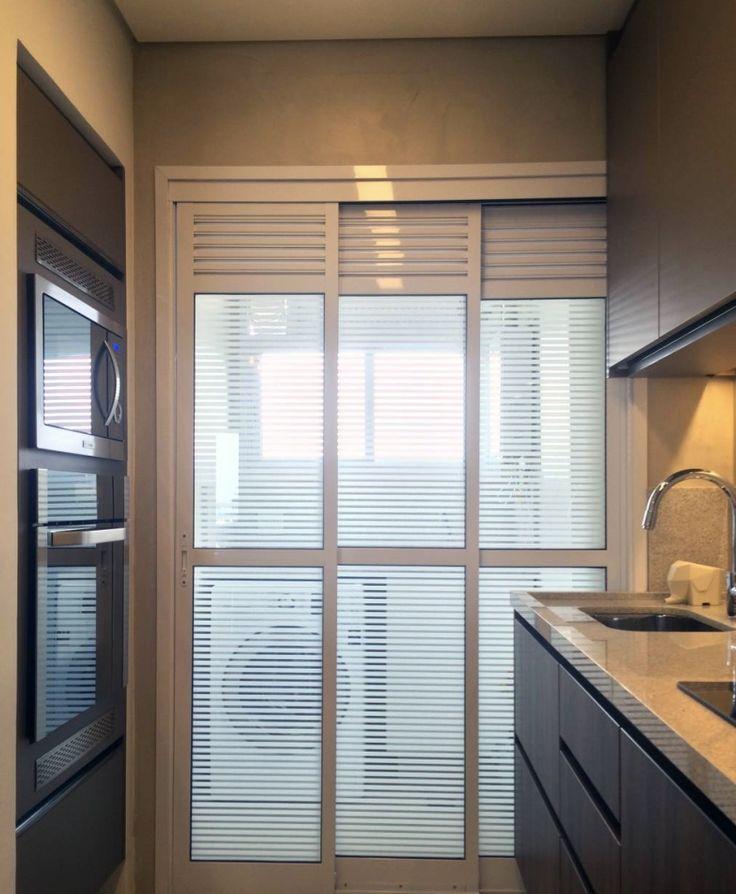 Para separar totalmente os espaços, o bacana é fazer uma porta de vidro, de modo que resultado fique clean e bloqueia a passagem de comida para as roupas limpas. GOSTEI DESSA PORTA