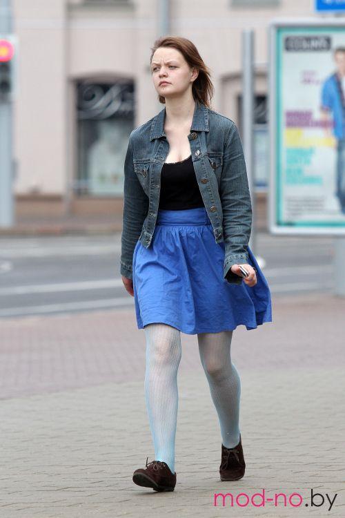 Уличная мода в Минске. Июнь 2014 (наряды и образы на фото: бирюзовые колготки в сетку, синяя юбка, чёрный топ, коричневые ботинки, джинсовая куртка)
