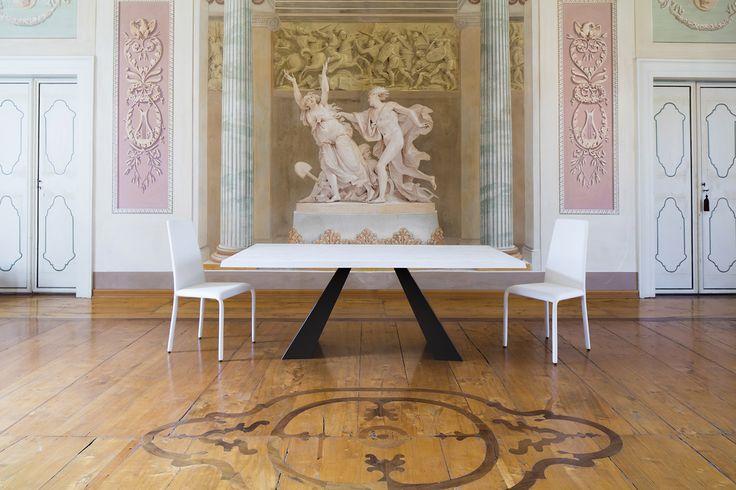 Sedie bianche modello Dora abbinate al tavolo in metallo Venus
