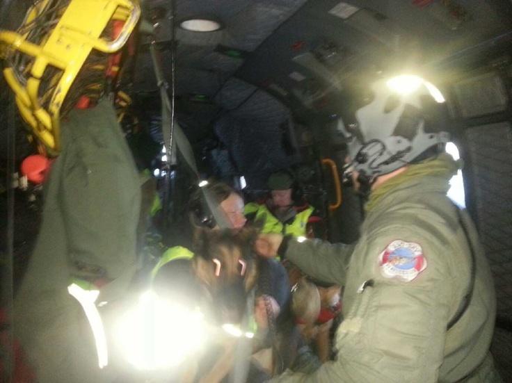 Redningshunder på vei til Beitostølen, snøskred ved Raudal skisenter. Om bord i 330 skv helikopter