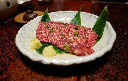 Carne di cavallo alle erbe aromatiche e sale in fiocchi - Il modo più semplice e gusto per cucinare una carne particolare e gustosa come la carne di cavallo.