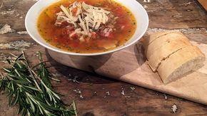 Pizza-Soep De Makkelijke Maaltijd | /a.Pel      en snijd de knoflook fijn.Halveer      de paprika's in de lengte, verwijder de zaadlijsten en snijd de paprika's      in blokjes.Ris      en...