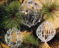kerstballen van ijzerdraad, koperdraad en versierd met strijkkralen.