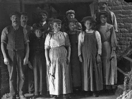 A group of late Victorian or Edwardian Witney blanket workers. Many were probably closely related.
