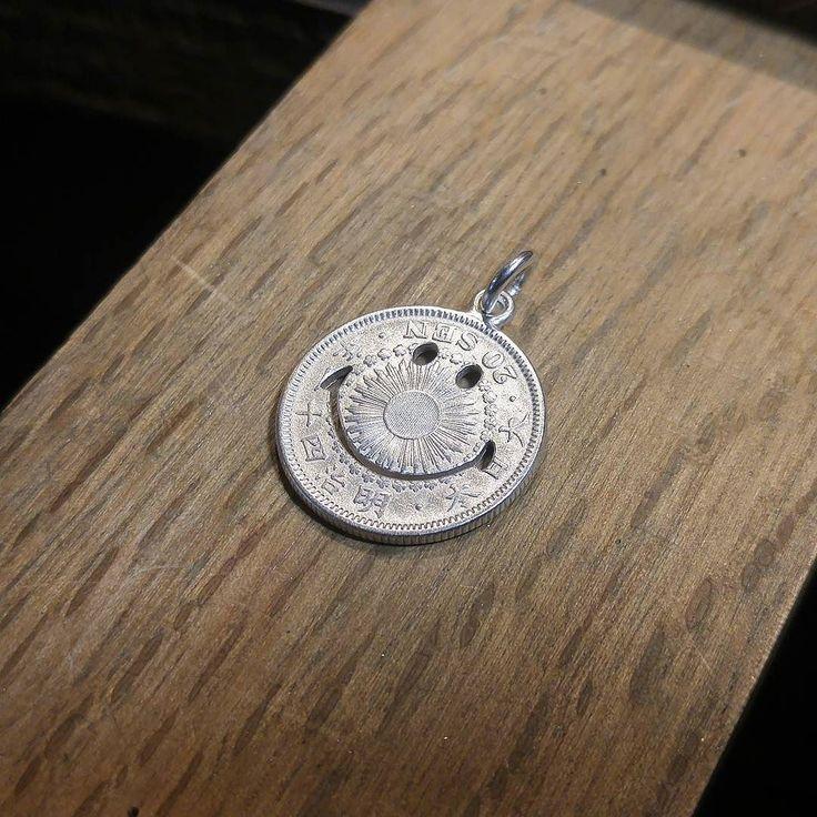 旭日20銭銀貨の旭日面にスマイル入れるとアンパマン化します  #coinjewelry #cutcoin #smile #smileyface #nikochan #nikoniko #silvercoin #necklace #pendant #asahi20sen #japan #tokyo #shibuya #yoyogi