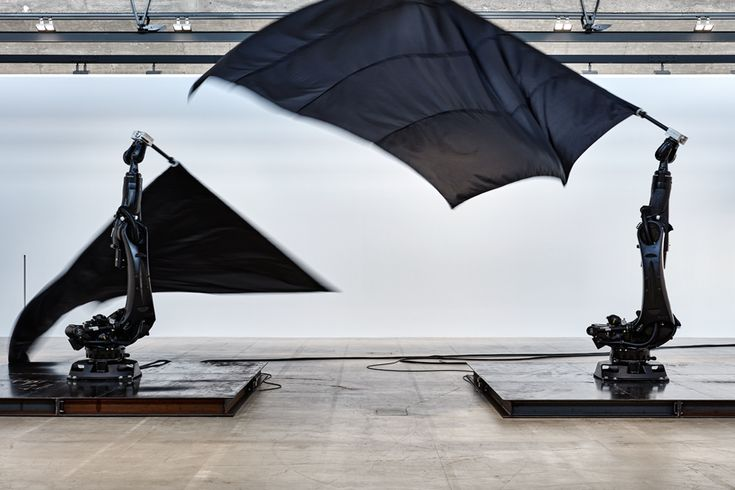 William Forsythe, Black Flags, 2014, installation view, 2017, Gagosian Le Bourget, Paris, France. Readymade industrial robots, nylon flags, carbon fiber flagpoles, steel plates, dimensions variable. Courtesy: Gagosian, Paris © William Forsythe; photograph: Thomas Lannes