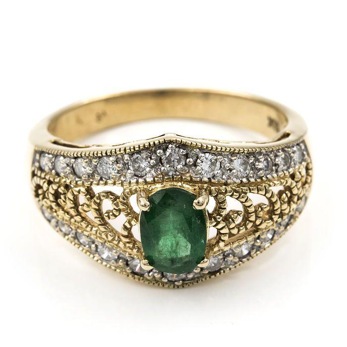 18 kt/750 geel gouden ring met 22 x brilliant cut diamonds wegende 080 ct en 1 x centrale ovaal knippen emerald met een gewicht van 1 ct in totaal - binnendiameter: 19.30 mm (ca.)  Geel gouden ring met 1 x centrale ovaal knippen diamant 1.00 ct in totaal en 22 x briljant geslepen diamanten met een gewicht van 080 ct in totaal (ongeveer) - Ringmaat: 20 (Spaanse grootte) in nieuwstaat.-Gewicht: 6.50 g (ca.)-Maximale ring breedte: 12.60 mm (ca.)-Maximale ring dikte: 6.30 mm (ca.)-Alle…