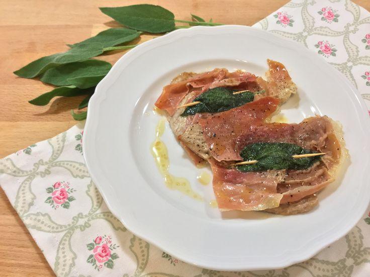I veri saltimbocca, quelli alla romana, prevedono solo l'uso di carne di vitello, prosciutto crudo e salvia per una ricetta davvero semplice da preparare.