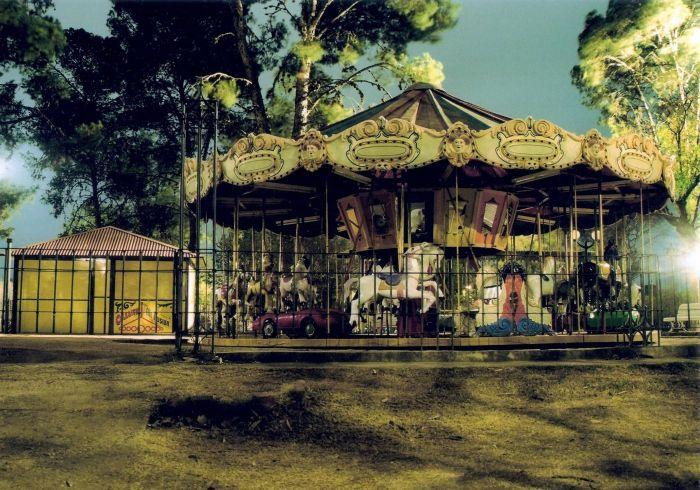 Carrusel en el Parque Sarmiento después del ultimo día de vacaciones de invierno. 21.00 hs., hace frío, llovizna.