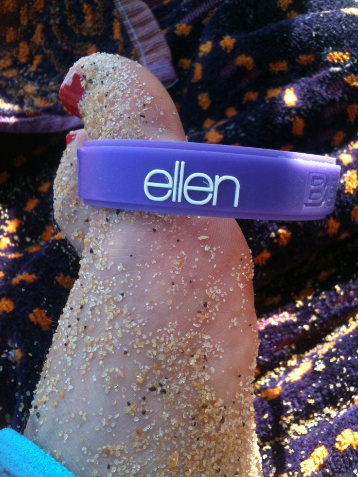 Ellen goes bare feet!!