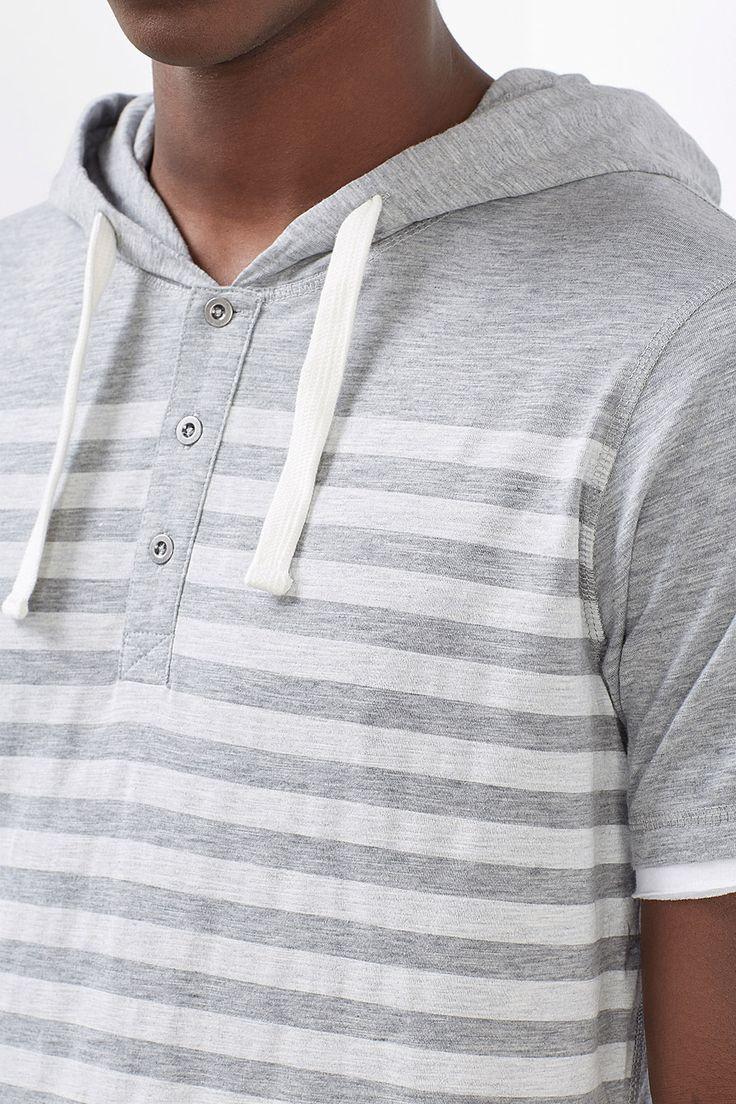 Størrelsesinfo:  Mål i str. M (kan variere afhængigt af str.):  -Længde på den bageste midte er ca. 66 cm  Detaljer:  -Til dit sporty storby-look: T-shirt i Henley-stil med knapper og hætte. Blikfang: det casual stribeprint på forstykket. -Farvemæssigt fremhævede indsætninger i ærmerne giver en stilfuld, lagdelt effekt. -Hætten har en indvendig snor.