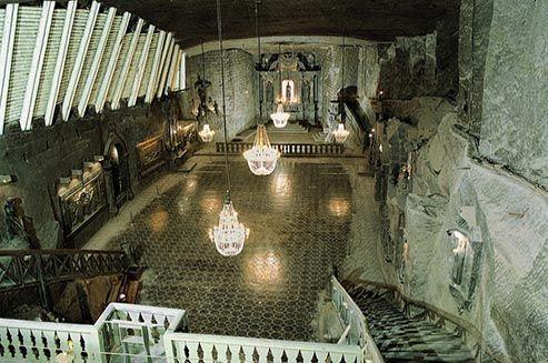 Diep onder de aarde van Wieliczka zit een hele stad verborgen met kerken, kapellen en ingenieuze systemen van ventilatie, ontwatering, verlichting en logistiek.De Wieliczka zoutmijn kwam als een van de eerste onderwerpen ter wereld voor op de UNESCO Werelderfgoedlijst.  #Wieliczka #Malopolskie
