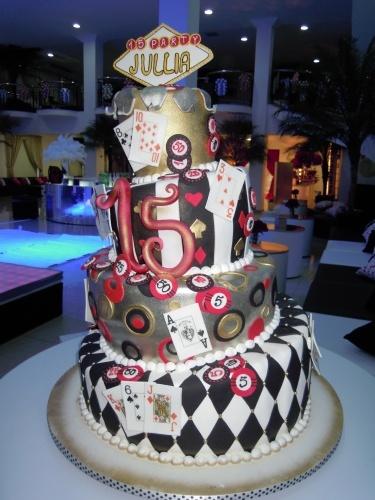 Na festa com o tema Las Vegas, organizada por Cristiane Pileggi, o bolo de quatro andares foi decorado com cartas de baralho e fichas de cassino. O nome da aniversariante recebeu destaque no topo