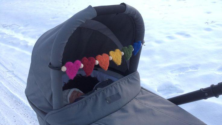Nåltovade hjärtan i regnbågens färger, att användas som sådana, som brosch eller till en barnvagnsmobil
