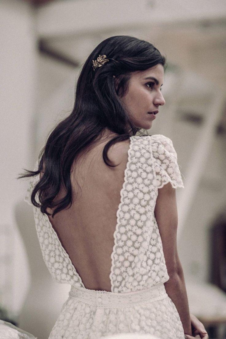 La fraîcheur d'une robe en tulle brodé, à dos nu et manches courtes ! Elle saura sublimer votre silhouette grâce à son volume blousant, sa taille soulignée d'un galon macramé,et son joli détail de boutons recouverts au dos de la jupe.Fabriquée à Paris, dans notre atelier showroom du Xème arrondissement.