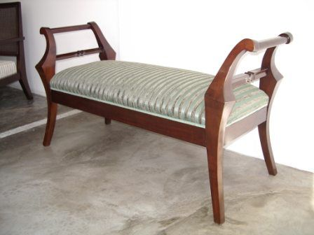 Banqueta W en cerezo en lustre poliuretano y tapizada en tela rayada combinada en dos texturas. También se utiliza como pie de cama.