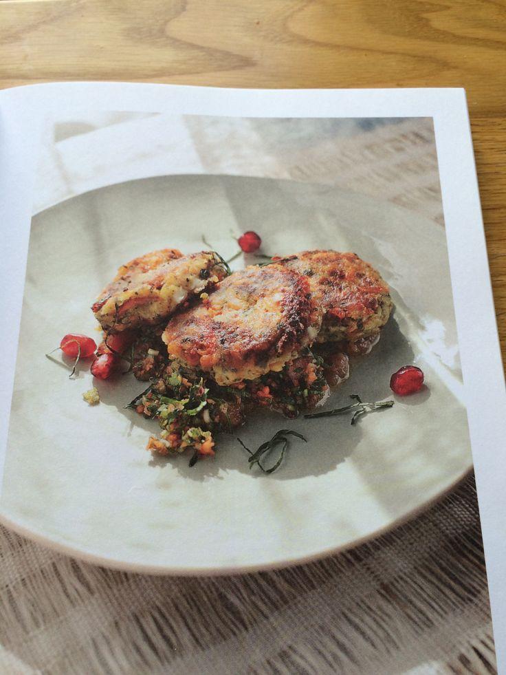 Ottima cosa vegetariana, molto saporita e gustosa, da questo bel libro sulla cucina greca. Al posto della carne vengono usate carote arrostite in forno e una generosa quantità di feta per contrasta...