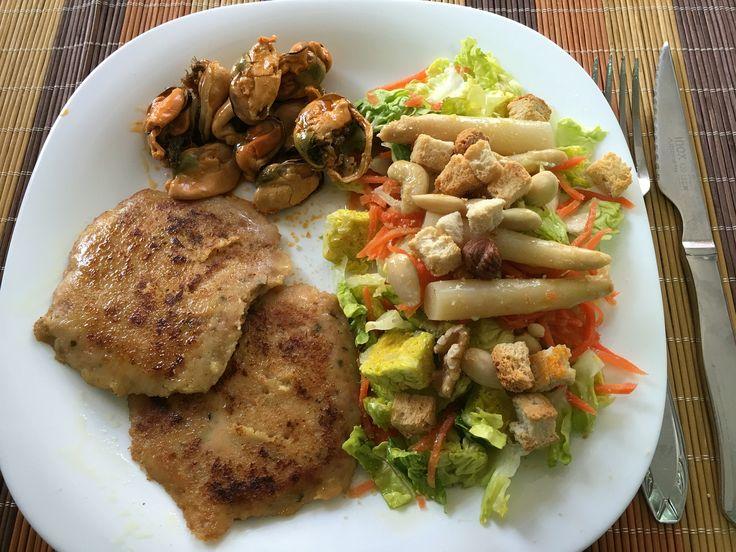 Dos hamburguesas de atún con una ensalada de lechuga, zanahoria ecológica, espárragos y frutos secos. Acompañado de unos mejillones.  EvaluacionDeNutricion.com