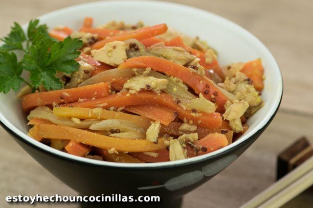 Cómo preparar una ensalada japonesa de zanahorias y atún, adaptada de la receta de Harumi Kurihara. Receta fácil paso a paso.