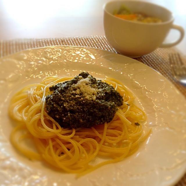 自家製バジルを使って、バジルペーストを作りパスタへ スープは白菜と野菜、豚肉、生姜を入れて煮込んだ優しい味 ご馳走様でしたw - 5件のもぐもぐ - ジェノベーゼと白菜スープ by ayakoigarapZ4