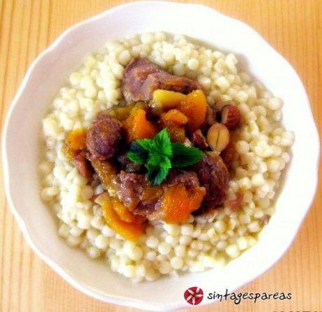 Πολλές οι συνταγές από το Μαρόκο με αρνί και ξερά φρούτα. Αυτή είναι μια παραλλαγή.