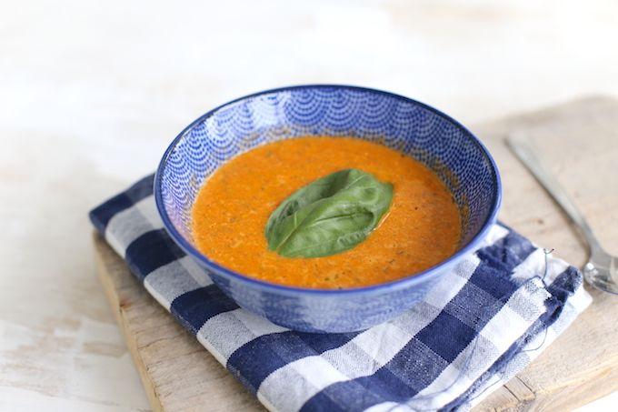 Op zoek naar een lekker soeprecept? Maak dan eens dit soep: gegrilde paprikasoep met courgette. Super lekker en simpel om te maken.