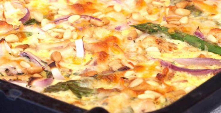 Pai med pinjekjerner, løk og asparges. Kylling kan byttes ut med quorn