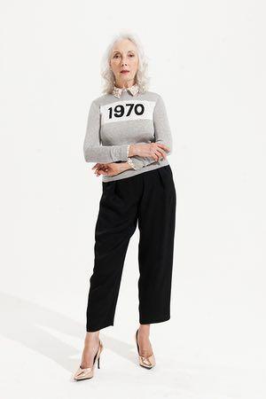 grigio e bianco ponticello con log del 1970 Bella Freud, camicia beige e camicia bianca stampa animalier Dorothy Perkins, pantaloni neri Topshop, oro rosa scarpe col tacco alto New Look