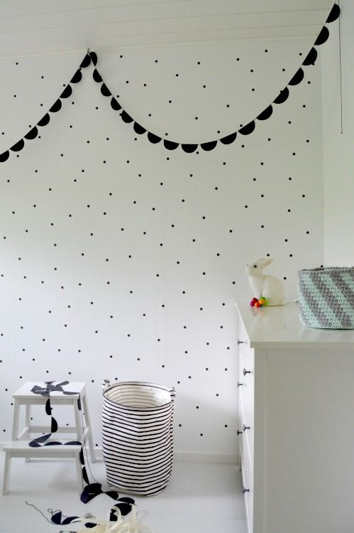 Just loving the look of a black and white room with a sweet scalloped garland. Perfect for your nursery, non?