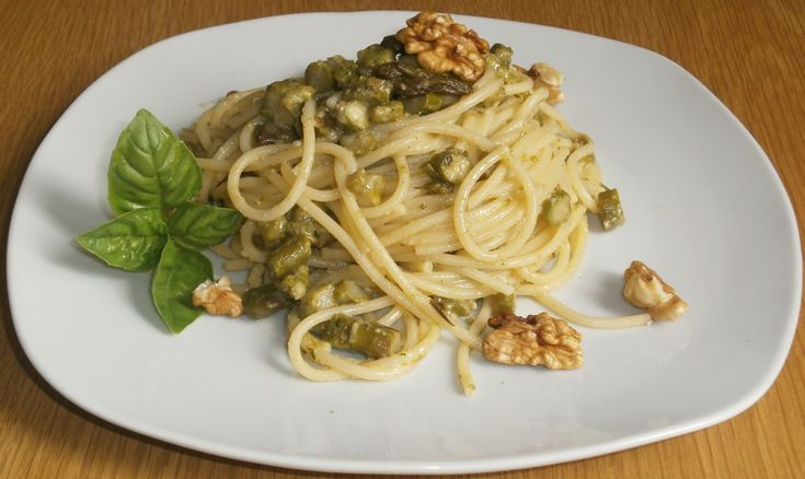 spaghetti con pesto e asparagi