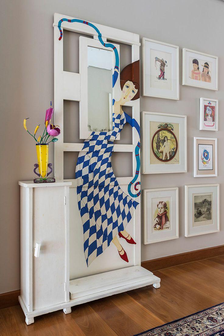 Decoração com personalidade, decoração colorida com obras de arte, piso de madeira e luz natural.