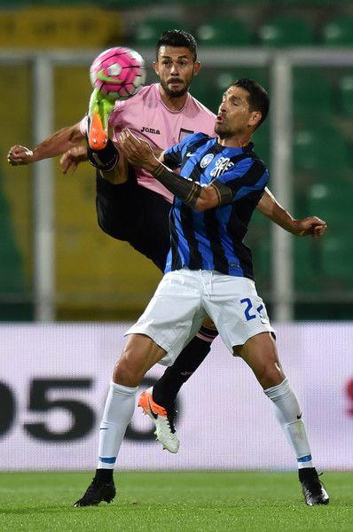 US Citta di Palermo v Atalanta BC, Giancarlo Gonzalez despeja el peligro de la zona baja del equipo rosa