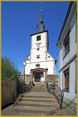 Photo au pied de l'escalier qui mène à l'église protestante de Berstett, dans la rue de la Mairie ''Hoepstross'', un édifice en grès des Vosges et enduit élevé en 1726. Photos du village de Berstett, visiter le Kochersberg.