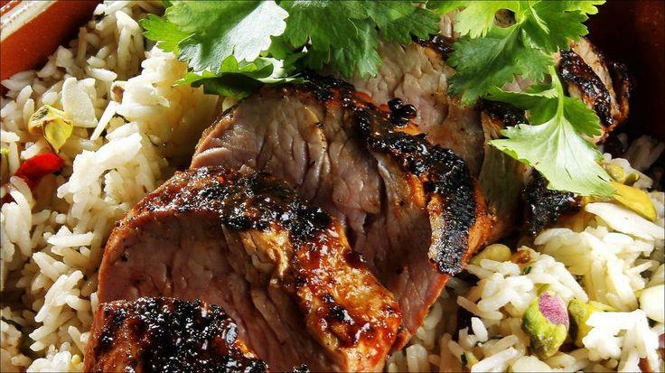 Helgrillet svinefilet med rosin og pistasjenøtt-ris - Svinefilet er magert og fristende kjøtt til å kose seg med. Denne lysrosa fileten er favorittmat for mange, men trenger ofte å tilføres litt ekstra smak for å bli et hyggelig sommermåltid. Med en smakfull aromatisk risblanding som tilbehør kan du kose deg langt inn i sommernatten, uten bekymringer for vekt og badesesongen.