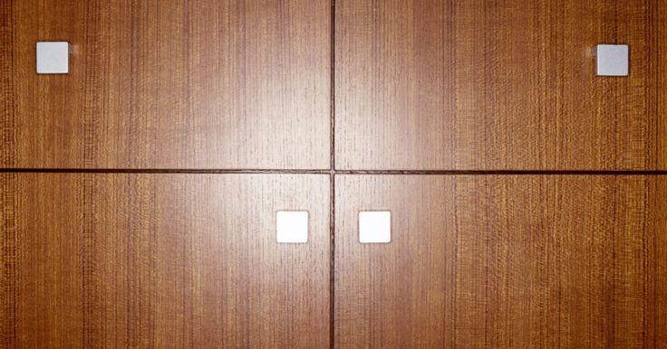 Lista de elementos que necesitas para construir tu propio mecanismo para cama Murphy. Las camas Murphy vienen en dos diseños básicos: La cama montada de lado se abre desde una pared con el largo de un lado de la cama asegurado en la pared. La cama Murphy tradicional está montada a la pared en la cabecera de la unidad, así que jalas las patas desde la parte superior. Puedes construir un mecanismo de cama Murphy que se doble dentro ...