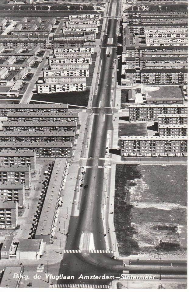 Amsterdam, De Vlugtlaan. Albert Heijn, linksonder, is al klaar maar de Hema en Slotania moeten nog gebouwd worden.