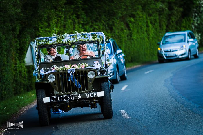 Le cortège de mariés dans un véhicule de l'armée décoré de fleurs ! Par Benjamin Brette