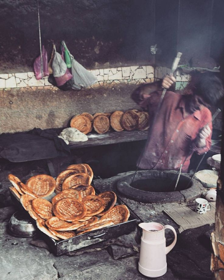 Kashmiri Kandur-waan near Hazratbal Dargarh, Srinagar- Kashmir. The baker is called Kandur and bread is called Tsot in kashmiri language. These traditional bakers prepare many types of traditional breads like Tsot, lavaas, kulcha etc.  Photo and text by @naveed_hussain  #kashmir #indiapictures #wanderlust #etribune #vsco #natgeo #earth #worldtraveler #worldtravelpics #worldtravel #instalike #instagood #bestofinstagram #digitalart #bakery #food