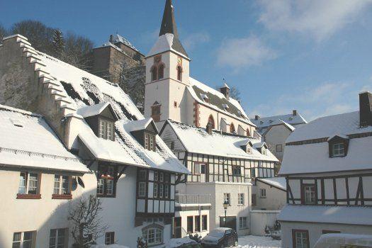 De #Eifel in #Duitsland met haar charmante huisjes #reizen #winter #sneeuw #skivakantie #wintersport #hotel #Adenau