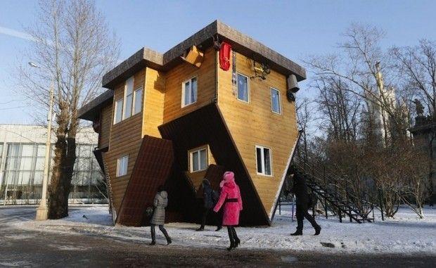 C'est en Russie à Moscou que l'on peut apercevoir cette attraction touristique à l'occasion du All-Russia Exhibition Center. Intitulée Shifted House, cette étonnante installation met en scène une maison retournée.  Intentionnellement construite de cette manière, tout à l'intérieur a été soigneusement collé et aménagé à l'envers, les architectes se sont inspirés de divers projets similaires dans le monde. Les visiteurs entrent et marchent sur le plafond...