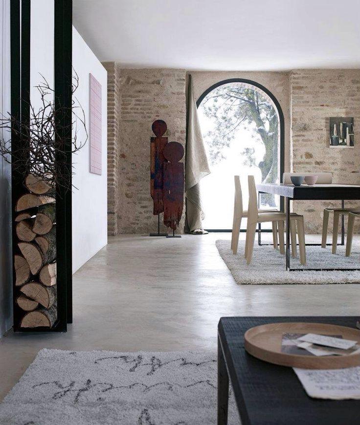 Pavimento in cemento, muri in mattoni, tende grezze Wow